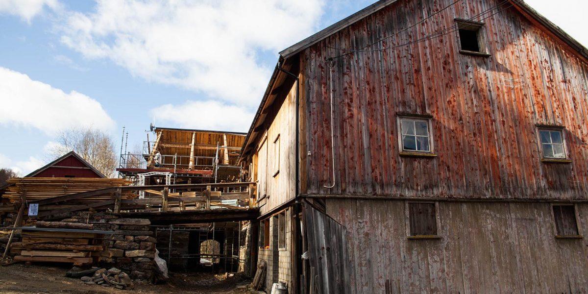 Arbeidene på Grønset gård er omfattende. Foto: Norsk kulturminnefond/Linda Cathrine Herud