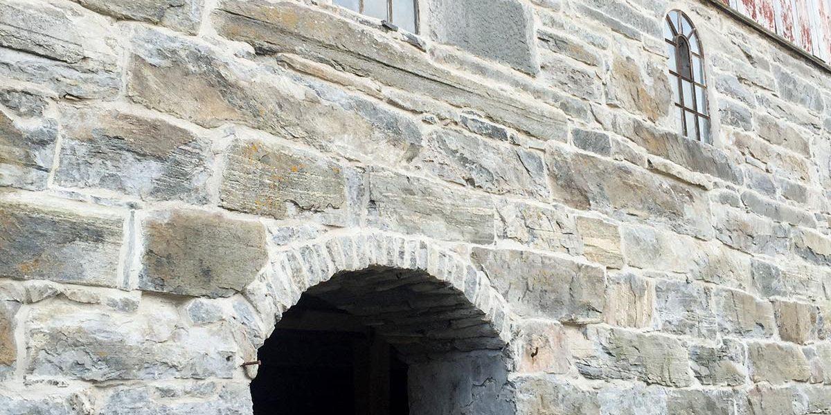 Muren på fjøset var dekket med betong, som nå er fjernet, og har blitt riktig så fin. Foto: Norsk kulturminnefond/Linda Cathrine Herud