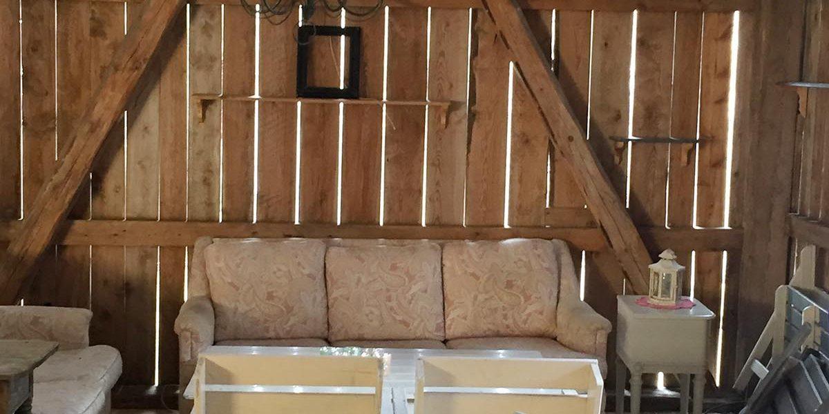 Inne i låven på Grønset gård er interiøret preget av gjenbruksmøbler og det er hjemmekoselig. Foto: Norsk kulturminnefond/Linda Cathrine Herud