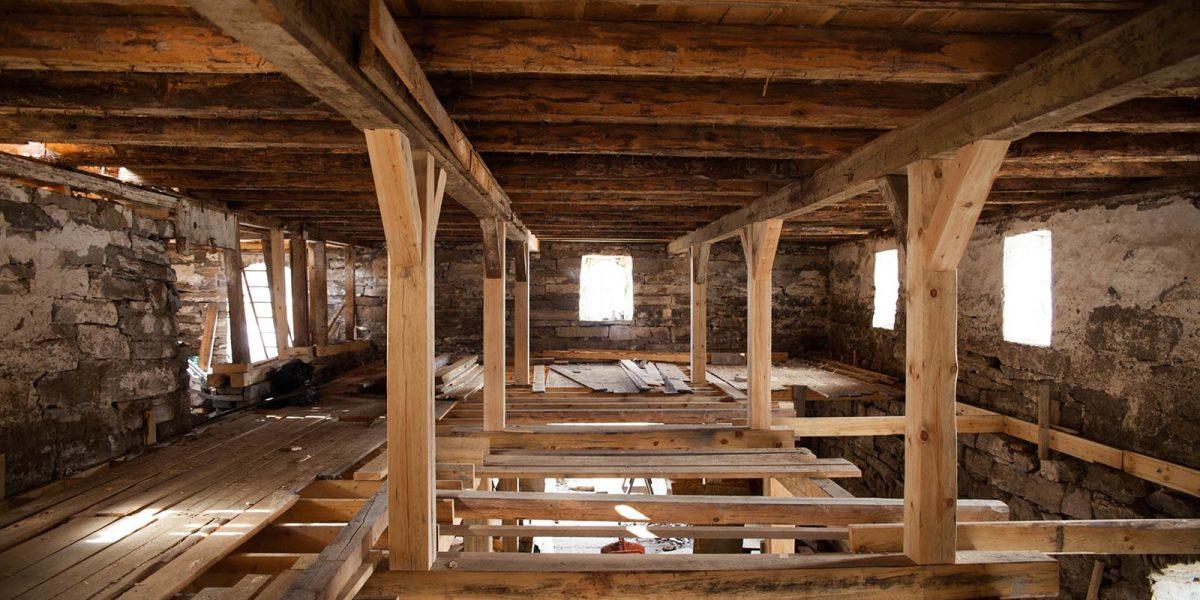 Inne i bygningen blir det lagt gulv når bærekonstruksjonen er på plass. Foto: Norsk kulturminnefond/Linda Cathrine Herud