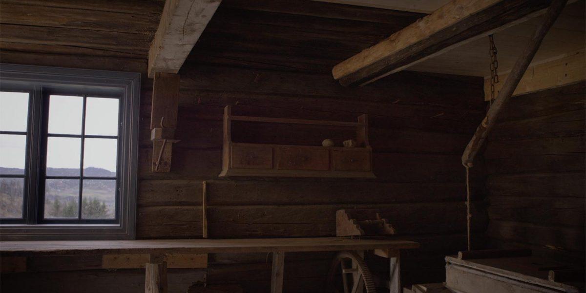 De som vandrer langs Pilegrimsleden mot Nidaros, går like forbi smia på Kirkflå. Her kan de overnatte i andre etasje på den gamle tømmerbygningen. Foto: Norsk kulturminnefond/Linda Cathrine Herud