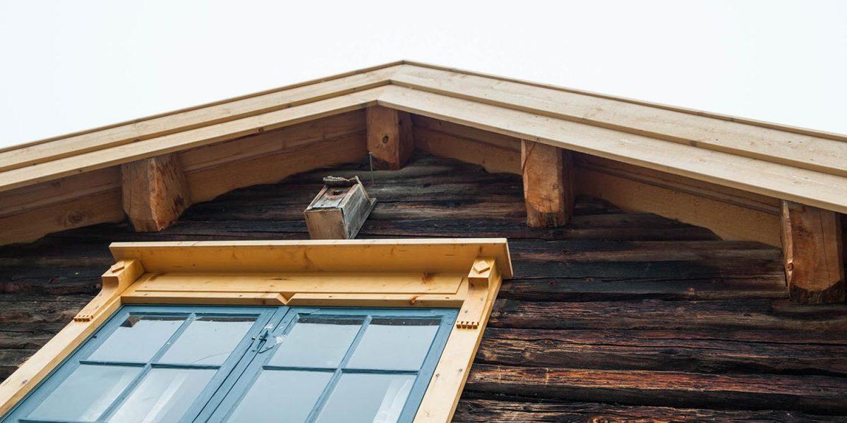 Smia har fått helt nytt skifertak, da det gamle taket ikke sto til å redde. Taktro og undertak er materialer fra egen skog. Også vinduene er restaurert, med omramming som originalt. Foto: Norsk kulturminnefond/Linda Cathrine Herud