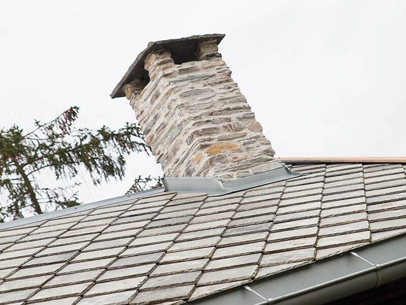 Taket på smia har fått ny skifer, og pipa er murt opp på nytt. Nye takrenner har det lille tømmerhuset også fått. Foto: Norsk kulturminnefond/Linda Cathrine Herud