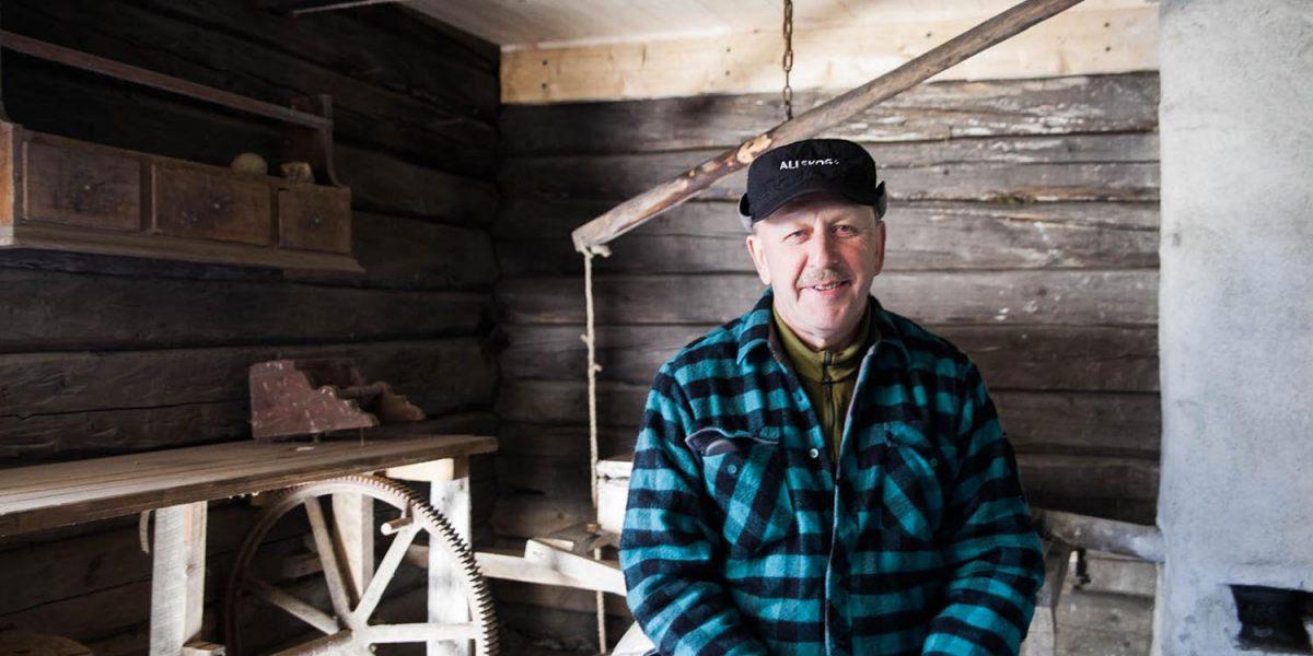Ole Henrik Engan trives godt i smia, og barndomsminnene strømmer på. Foto: Norsk kulturminnefond/Linda Cathrine Herud