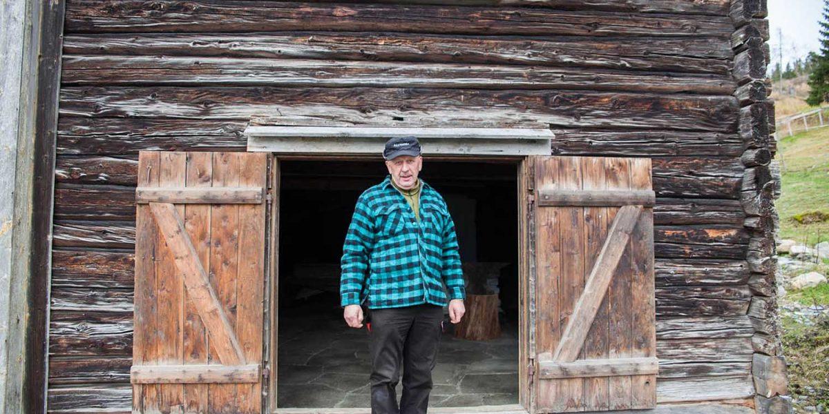 Ole Henrik er stolt av smia på gården sin Kirkflå. - Det er godt å ha en tømmerbygning å hvile øynene på, sier han. Foto: Norsk kulturminnefond/Linda Cathrine Herud