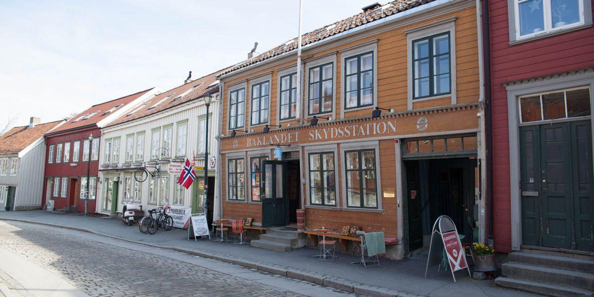 Baklandet Skydsstation ligger idyllisk til på Bakklandet i Trondheim. Bygården er den eneste som er fredet i området. (Foto: Linda Cathrine Herud/Kulturminnefondet)