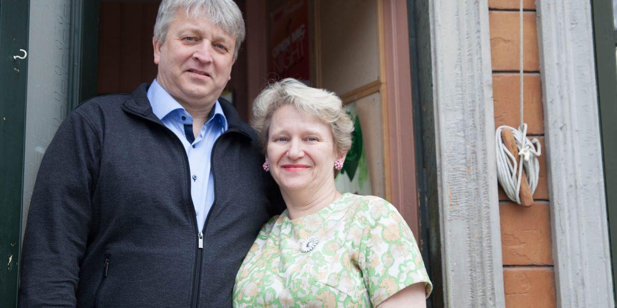 Olaf Holmen og Gurli Riis Holmen på Baklandet Skydsstation. Foto: Linda Cathrine Herud/Kulturminnefondet