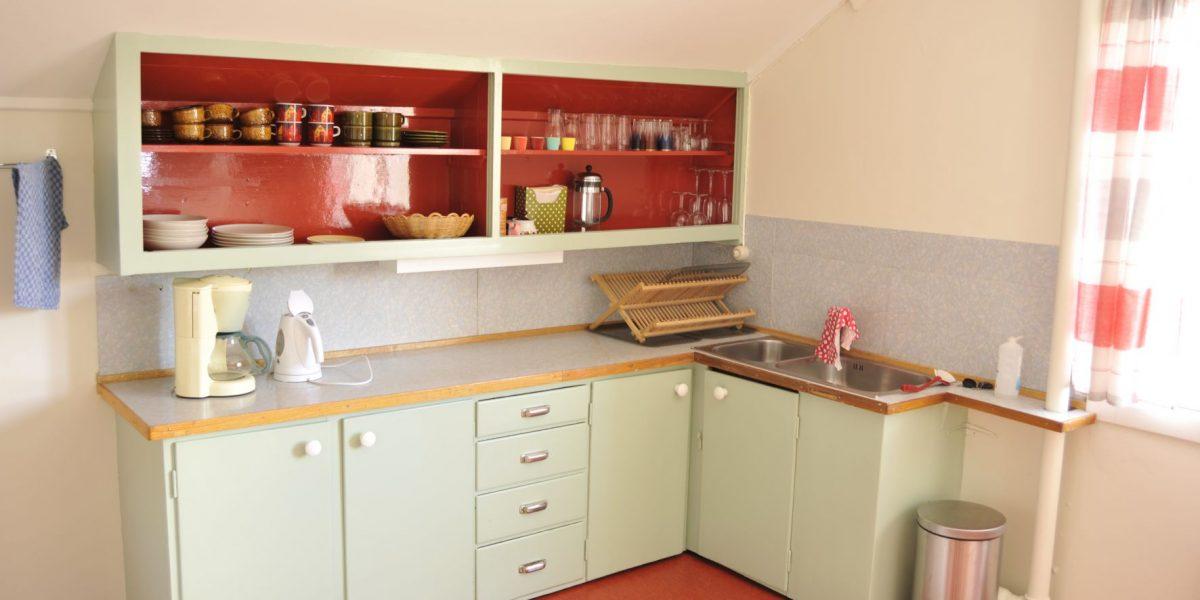 Autentisk kjøkkeninnredning fra femtitallet på Solheim pensjonat. Foto: Brendan Coote