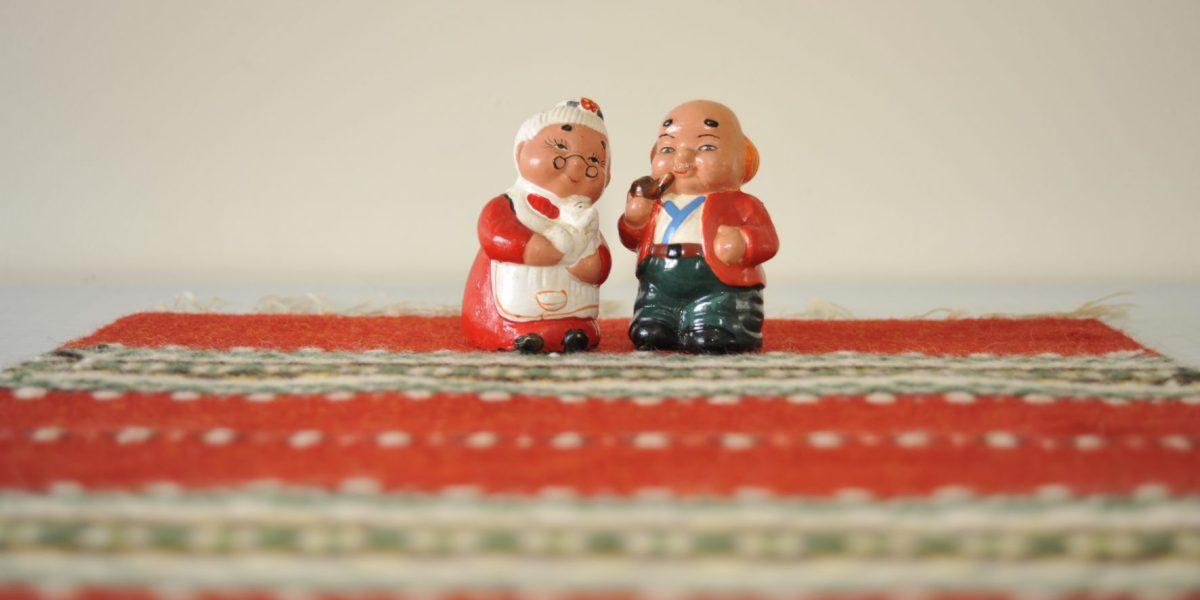 Salt- og pepperbøsser, henholdsvis dame og mann, på Solheim pensjonat. Foto: Brendan Coote