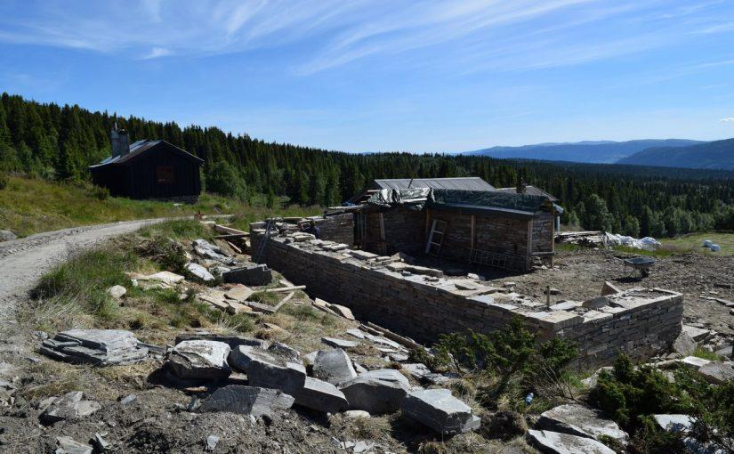 Steinfjøset på Bøsetra under oppføring. (Foto: Einar Engen/Kulturminnefondet)