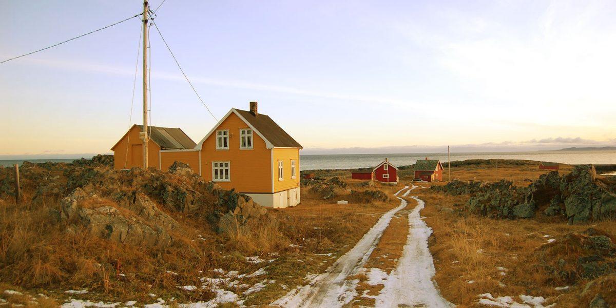 Bergly ligger idyllisk til i det gamle fiskeværet Hamningberg på Varangerhalvøya i Finnmark. Foto: Kulturminnefondet/Einar Engen