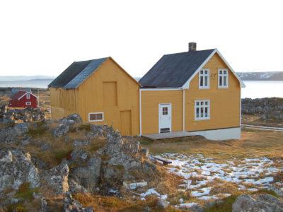 Bergly ligger idyllisk til i det gamle fiskeværet Hamningberg på Varangerhalvøya i Finnmark. Her er fasaden til vest, med fjøset til venstre. (Foto: Kulturminnefondet/Einar Engen)