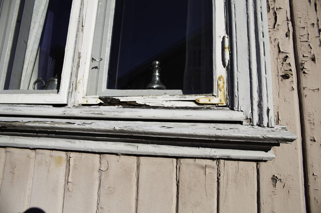 Fukt og råte kan gjøre store skader på bygninger. Her er et vindu i Gamlebyen Fredrikstad, som desperat trenger litt omtanke. (Foto: Linda Cathrine Herud/Kulturminnefondet)