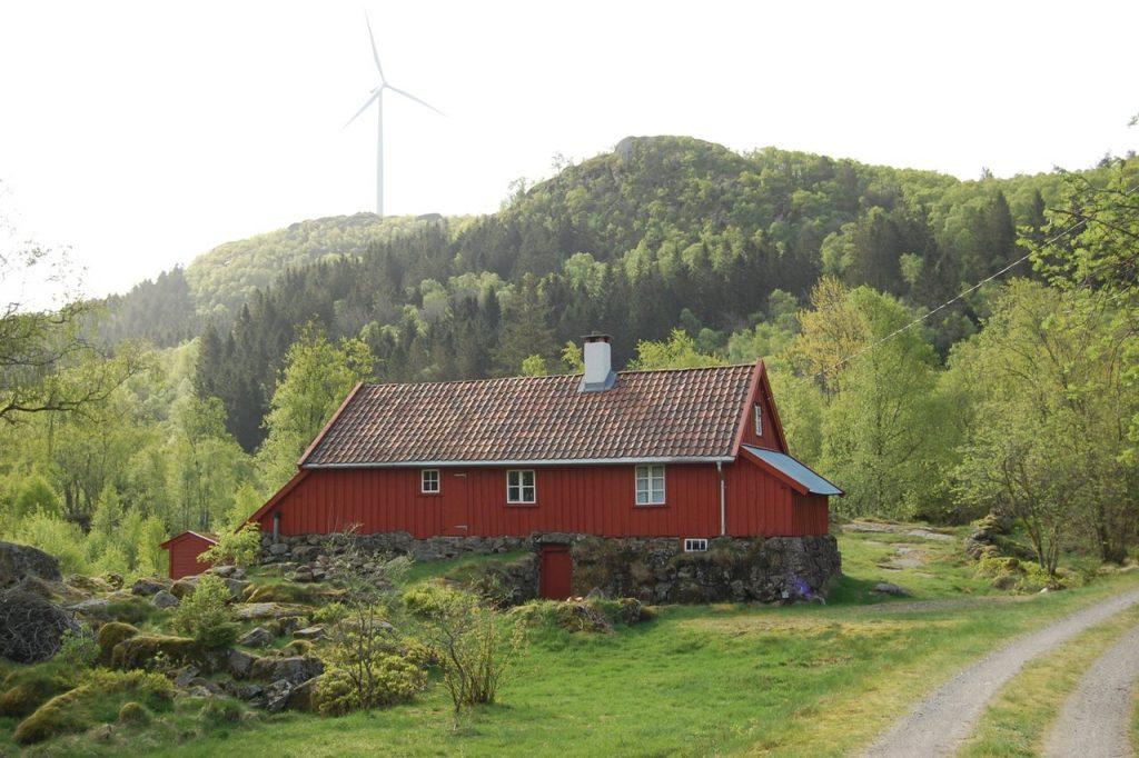 Frøysti, en bygning med stegeverk i uthusdelen. (Foto: Kulturminnefondet)