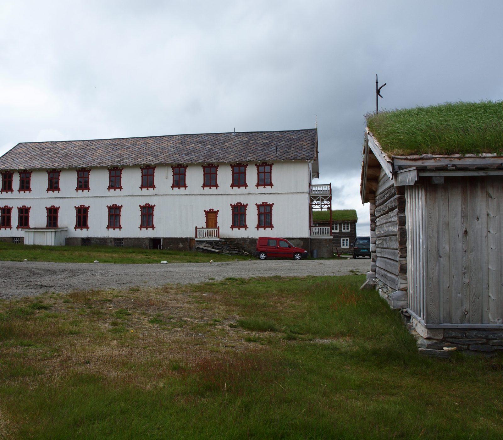 Karstugu er en del av gårdsanlegget Fokstugu fjellstue på Dovrefjell. (Foto: Andrea Hånes/Kulturminnefondet)