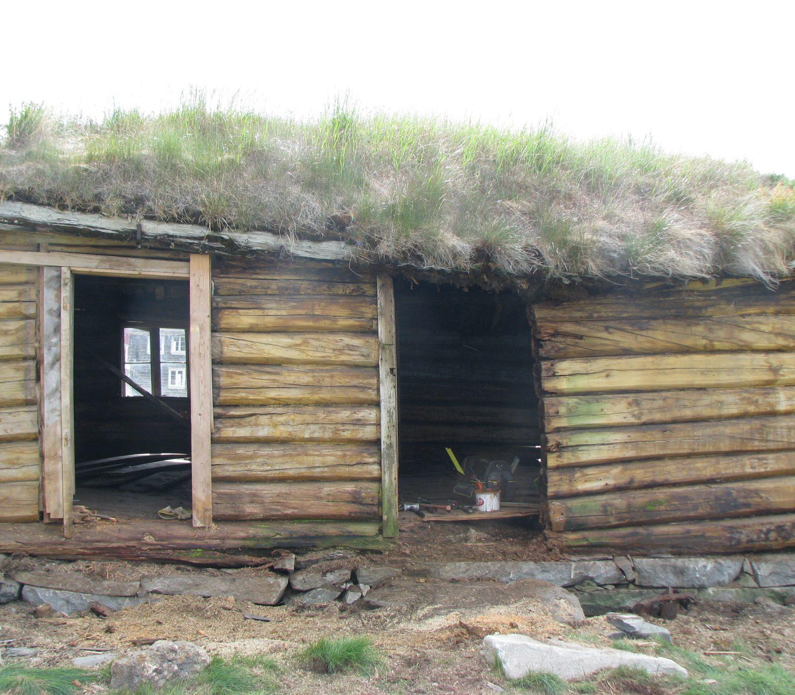 Karstugu var i dårlig forfatning da istandsettingsarbeidet startet. (Foto: Privat/Kulturminnefondet)