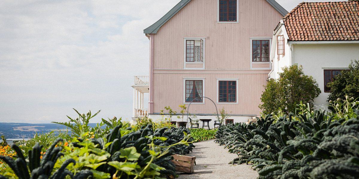 Hovelsrud gård sett fra kjøkkenhagen. (Foto: Haavard Gjelseth)