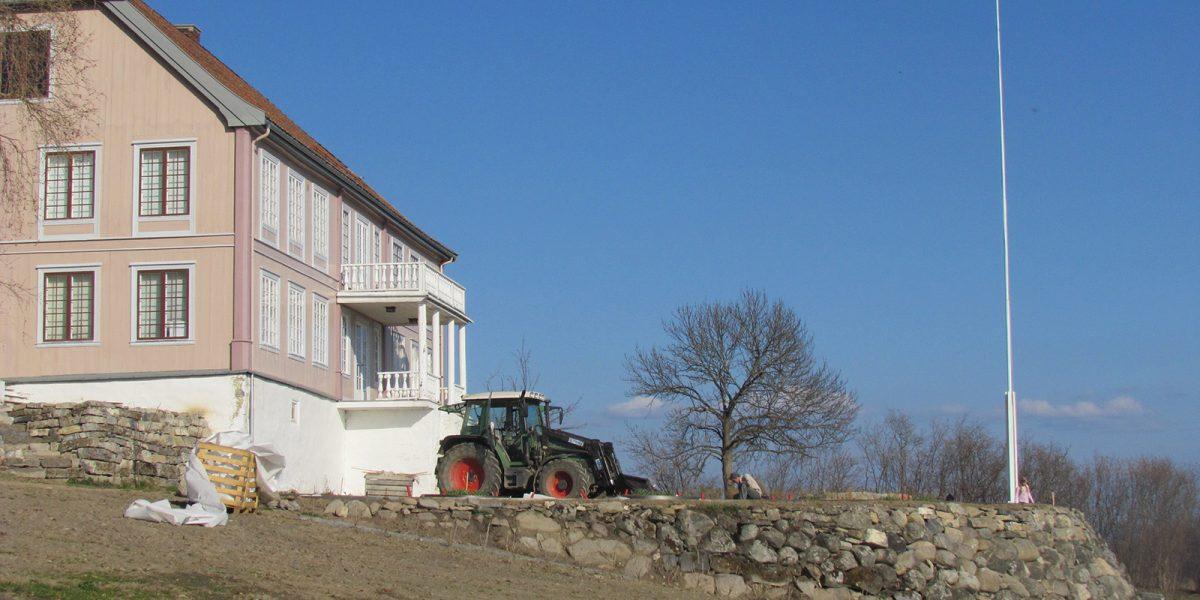 Underveis i arbeidet med tilbakeføring av hagen på Hovelsrud gård. (Foto: Marianne Olssøn)