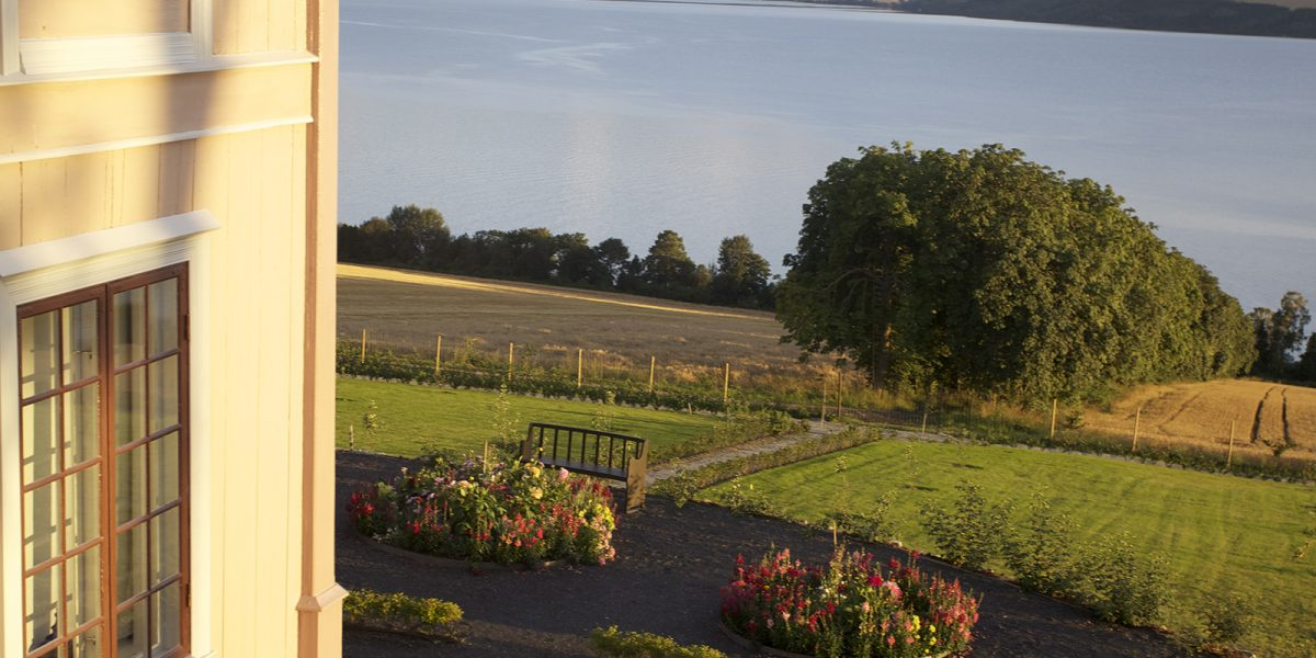 Deler av hagen og utsikten fra Hovelsrud gård etter ferdigstilling av arbeidet med hagen. (Foto: Marianne Olssøn)