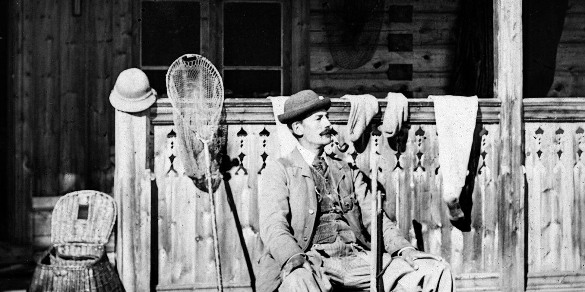 R. F. Smith foran verandaen på Smithsætra. (Foto: Hedmarksmuseets fotoarkiv)