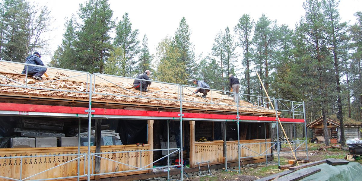 Mange mann i arbeid på taket under kurset i tekking. (Foto: Einar Engen, Kulturminnefondet)