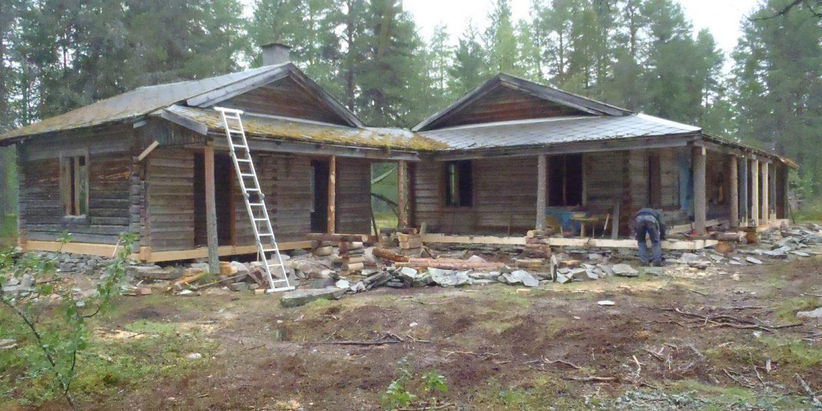 Istandsetting av verandaen som går på forsiden av husene. (Foto: Per Roar Aarnes)