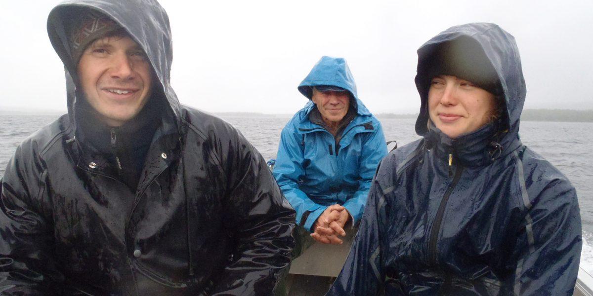 Fra Galten går turen med båt til Smithsætra i all slags vær. Arne Nieland til venstre, Jo Eggen i midten og Ingela Eckerman til høyre. (Foto: Henning Søndmør)