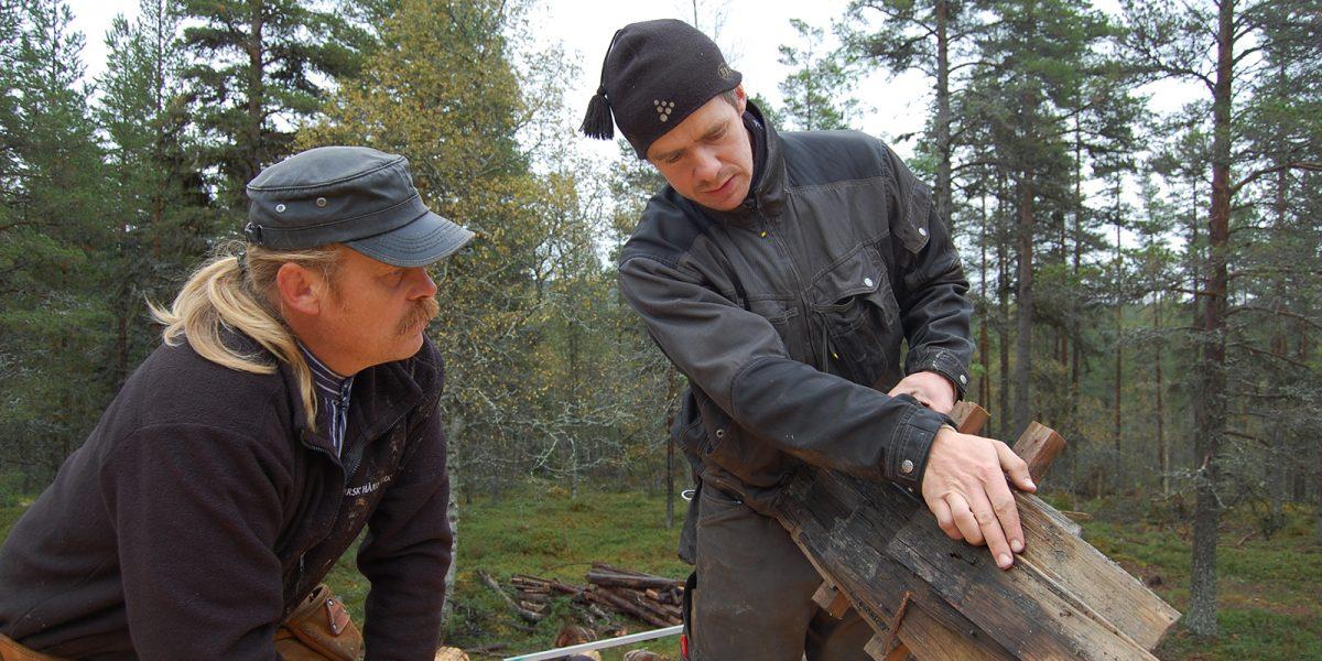 Håndverkerne Henning Olstad til venstre og Henning Søndmør vurderer rester av det gamle stikketaket. (Foto: Einar Engen, Kulturminnefondet)