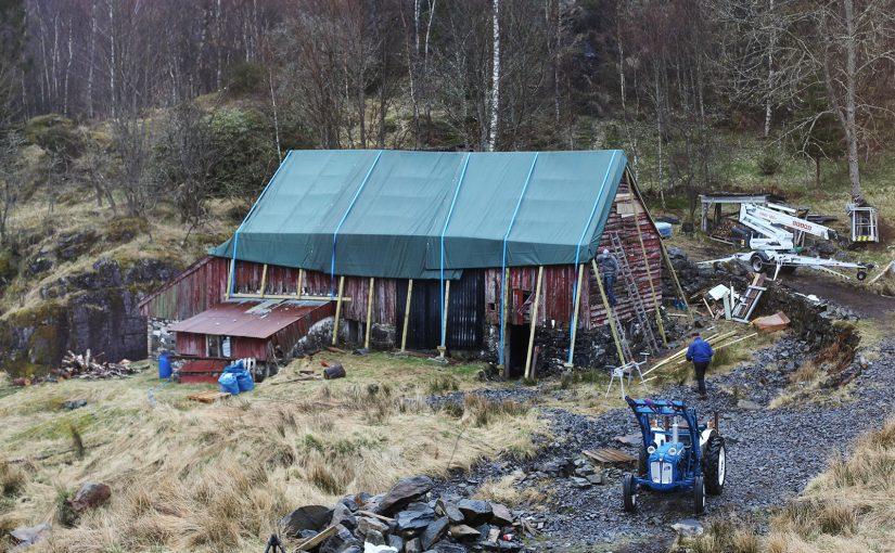 Låven på gårdsbruket Stuen sikres fra ytterligere forfall. (Foto: Linda Mari Lemvik)