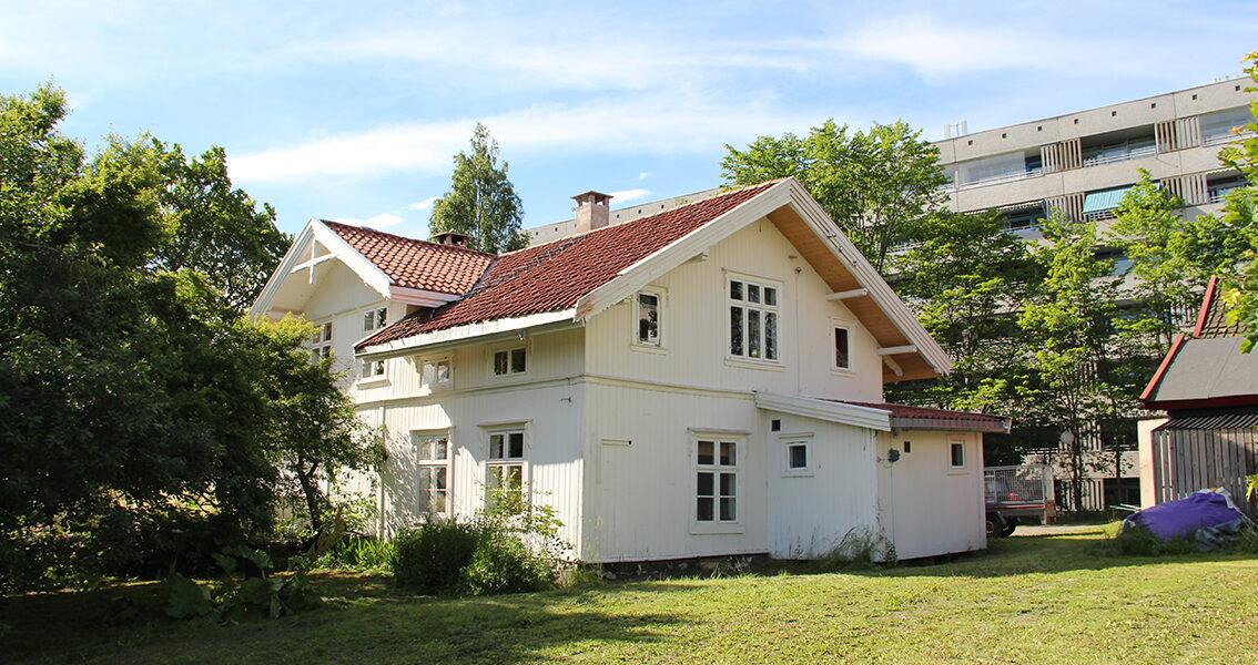 """Omkranset av blokker omtales gjerne hovedhuset på Stig gård som """"lilleblokka"""". I dag er gården et enestående eksempel på hvordan et gammelt gårdsbruk kan ha stor betydgning for utviklingen av et urbant lokalsamfunn. (Foto: Gunnhild Ryen/Kulturminnefondet)"""