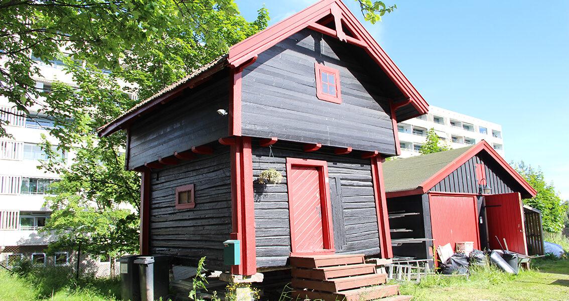 Kulturminnefondet har gitt støtte til Stig gård i Oslo. Pengene er brukt til utbedring av dette stabburet og til tak og vinduer på hovedhuset. (Foto: Gunnhild Ryen/Kulturminnefondet)