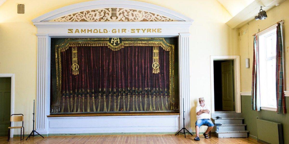 Historiefortelleren Jan Arild Andersen i storsalen i Folkets Hus i Eydehavn. (Fotograf: Sissel M. Rasmussen, LO-Aktuelt)