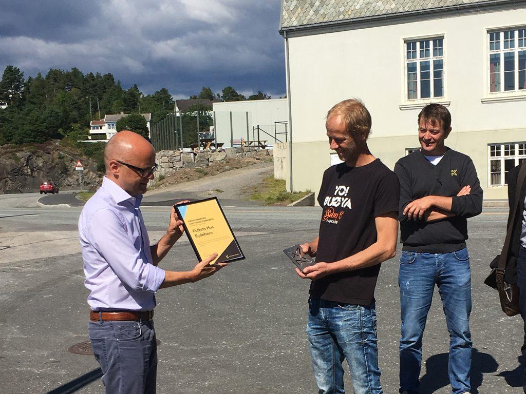 Folkets Hus i Eydehavn fikk i 2016 Kulturminnefondets plakett for godt bevaringsarbeid. Det var klima- og miljøminister Vidar Helgesen som sto for utdelingen. (Foto: Linda C. Herud/Kulturminnefondet)
