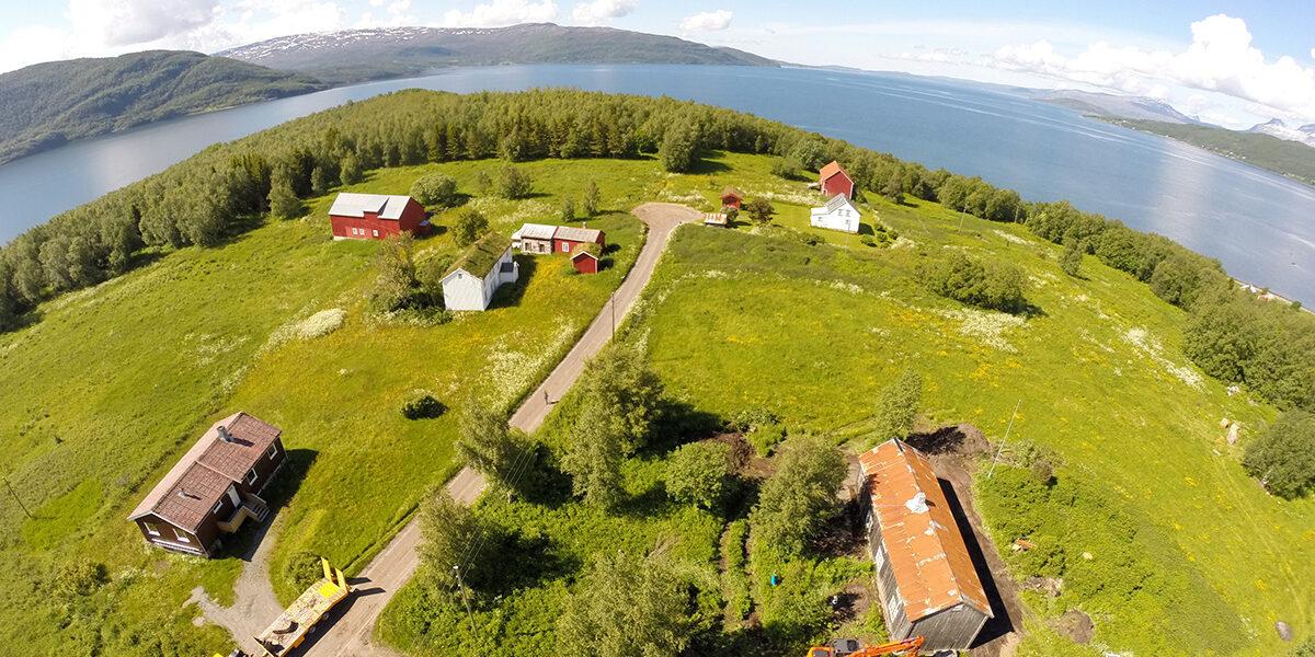 Gården Øynes ligger idyllisk til rett ved Saltstraumen. (Foto: Tor Kristian Øines)