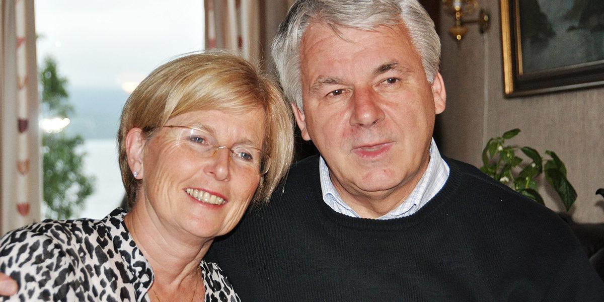 Astrid og Stein Sveaass har gitt flere av bygningene på gården Øynes nytt liv. De har fått støtte fra Kulturminnefondet til fire ulike tiltak. (Foto: Privat)