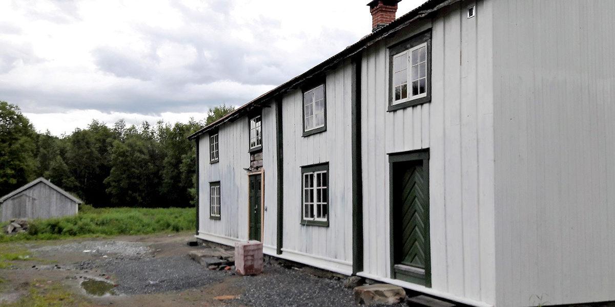 Nå er Olufstua nærmest ferdig satt i stand, og ekteparet Sveeaas kan nyte fritiden i autentiske omgivelser. (Foto: Stein Sveaass)