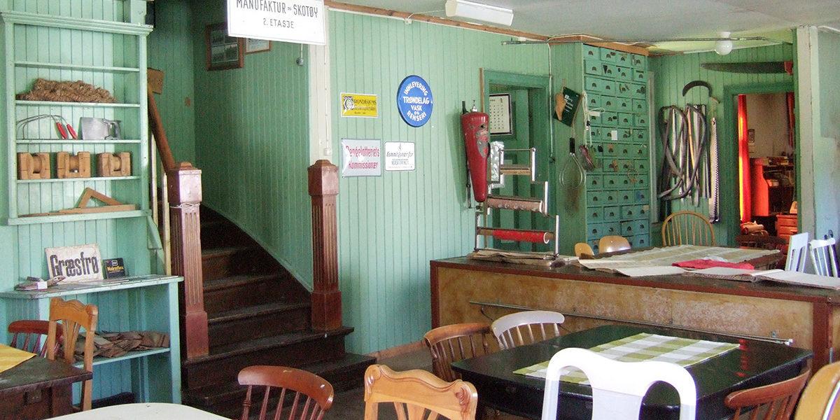 I Gamle Hovin landhandel ligger fortsatt mange av de originale varene på hyllene. De siste årene har stedet også vært forsamlingslokale for befolkningen, med markeder, utstillinger, dans og selskaper.