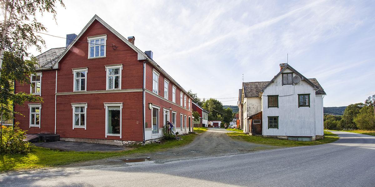 Gamle Hovin består av tre bygninger. Landhandelen ligger i det røde huset til venstre, ved siden av Stabburet, og Kvithuset, eller lageret, på den andre siden. (Foto: Magasinet Norske Hjem/Frøyset)