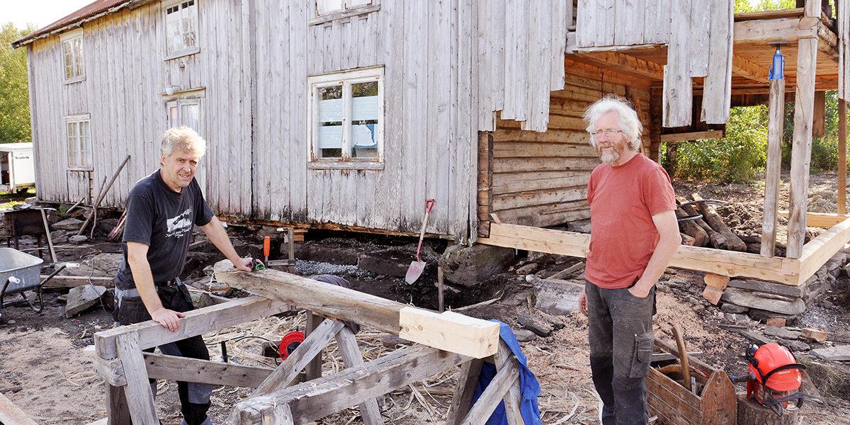 Erfarne håndverkere har vært med på å sette i stand Olufstua. F.v. murer Viggo Ballo, og tømrer Karl Prytz. (Foto: Stein Sveaass)