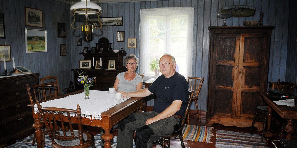 Anne-Lise Torvund og Tore Ovlien har vært gjennom mye arbeid, men også hatt mye glede av å bevare finneplassen Mikkelrud. I 2012 mottok de Kulturminnefondets plakett for godt bevaringsarbeid. (Foto: Øyvind Eriksen)