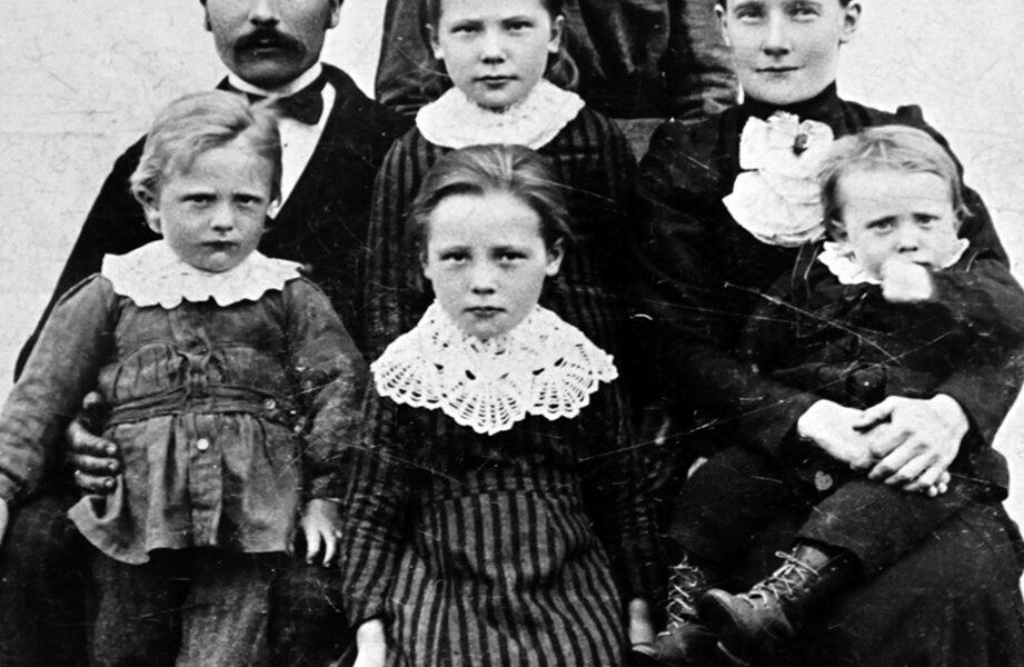 Jonas Larsen og hans familie var de som opprinnelig eide og bodde på gården Troli. Her ser vi Jonas og hans kone Eline, bak står Elines søster Odianna og barna f.v. Lars, Kristine, Anna og Ole. Bildet er tatt ca. 1908.