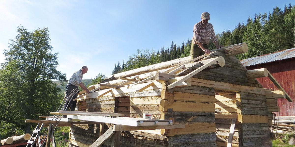 Stabburet måtte bygges opp igjen da jordkjelleren var klar, og her er Gunnar (t.v.) og Ivan Johannesen i gang med taket. (Foto: Jørgen Storhaug)