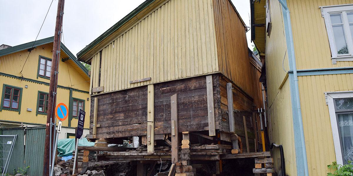 Uthuset var i dårlig forfatning, men dyktige håndverkere gjorde det mulig å redde dette sjeldne kulturminnet. Hovedbygningen ses bak til venstre. (Foto: Einar Engen/Kulturminnefondet)