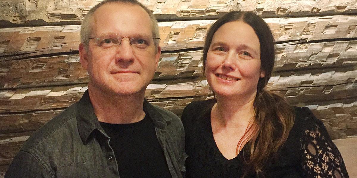 Tomas Nilsson og Øyonn Groven Myhren kunne ha levd godt på å jevne Konows gate 45 med jorden og vært med på utbygging av leiligheter på tomten. De valgte heller å bevare dette sjeldne kulturminnet, til glede for både seg selv og andre. (Foto: Privat)