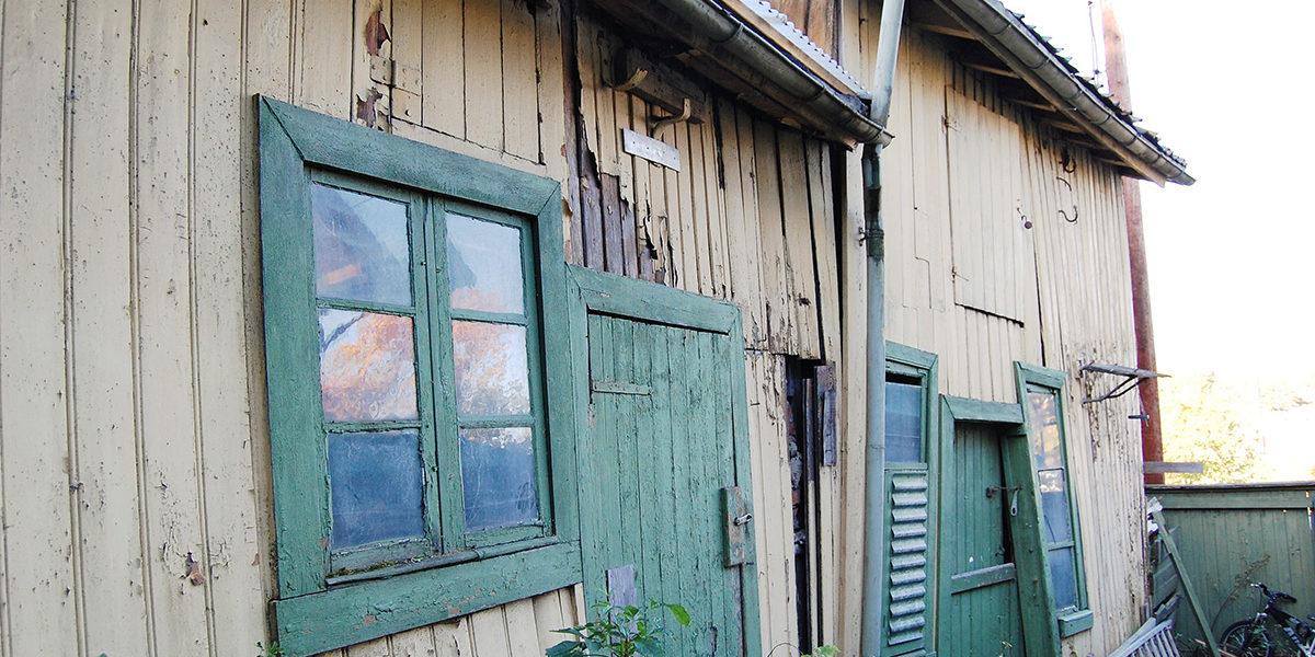Før restaureringen begynte, fremstod uthuset som svært forfallent, men også uendret. Det var ikke vurdert som et verneverdig kulturminne før Byantikvaren ble klar over det. (Foto: Einar Engen/Kulturminnefondet)