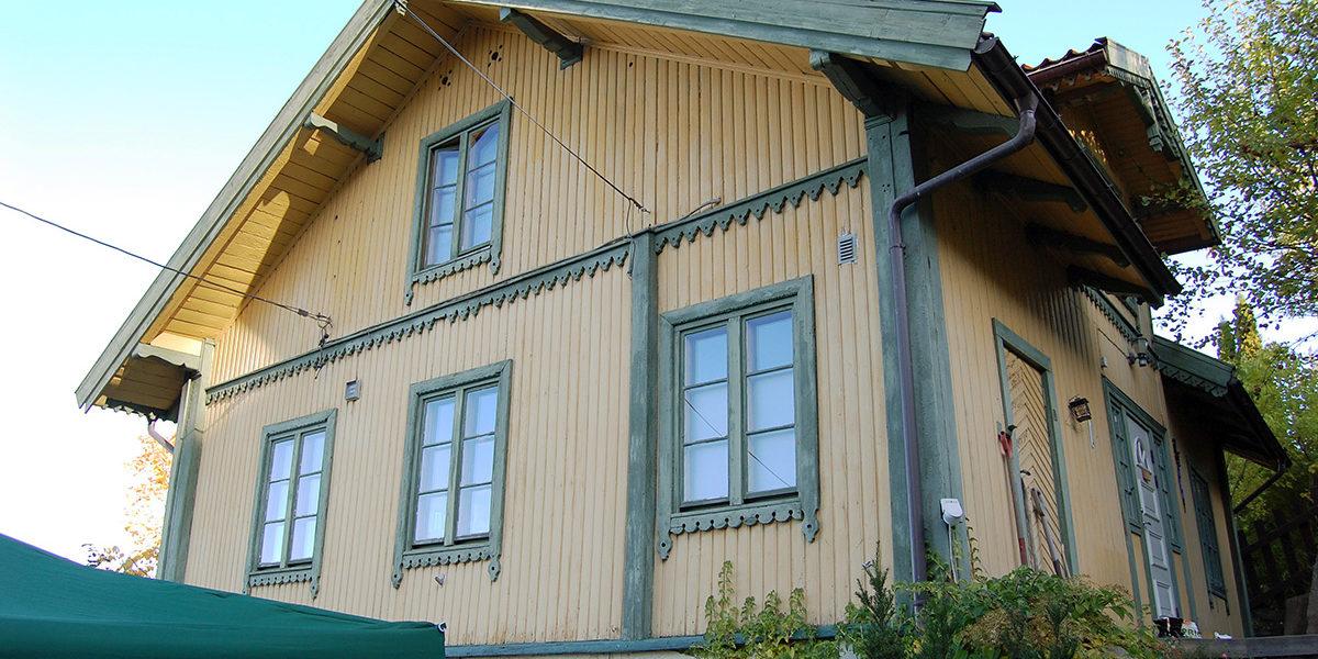 Hovedbygningen i sveitserstil er godt bevart, og inngår som en del av det spesielle bygningsmiljøet i Konows gate. (Foto: Einar Engen/Kulturminnefondet)