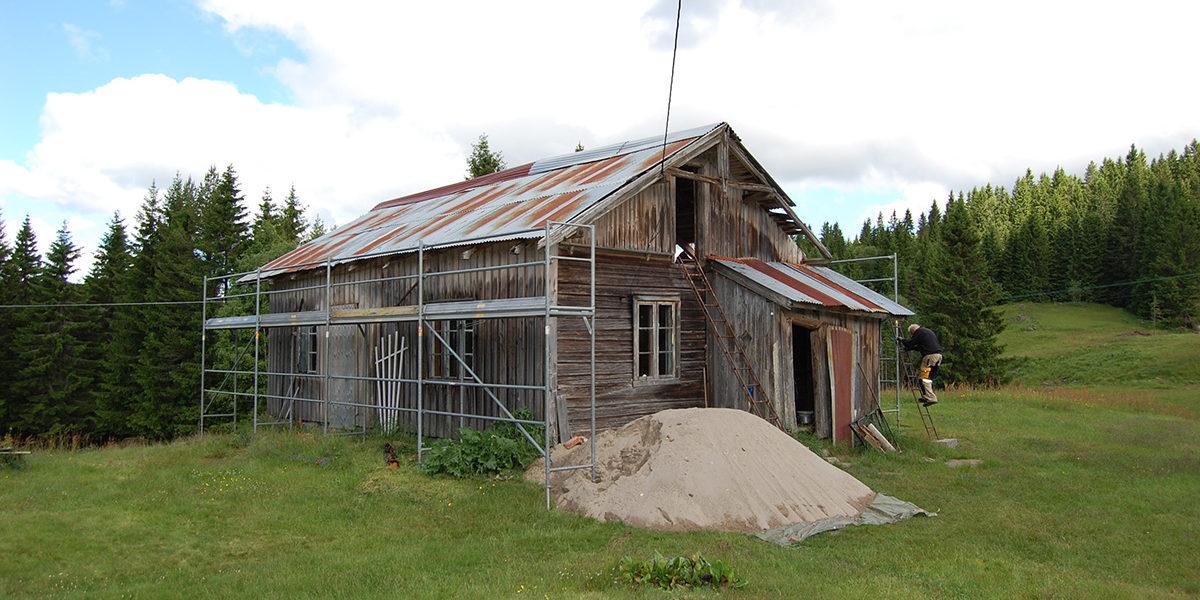 Våningshuset på Mikkkelrud under restaurering. (Foto: Einar Engen/Kulturminnefondet)