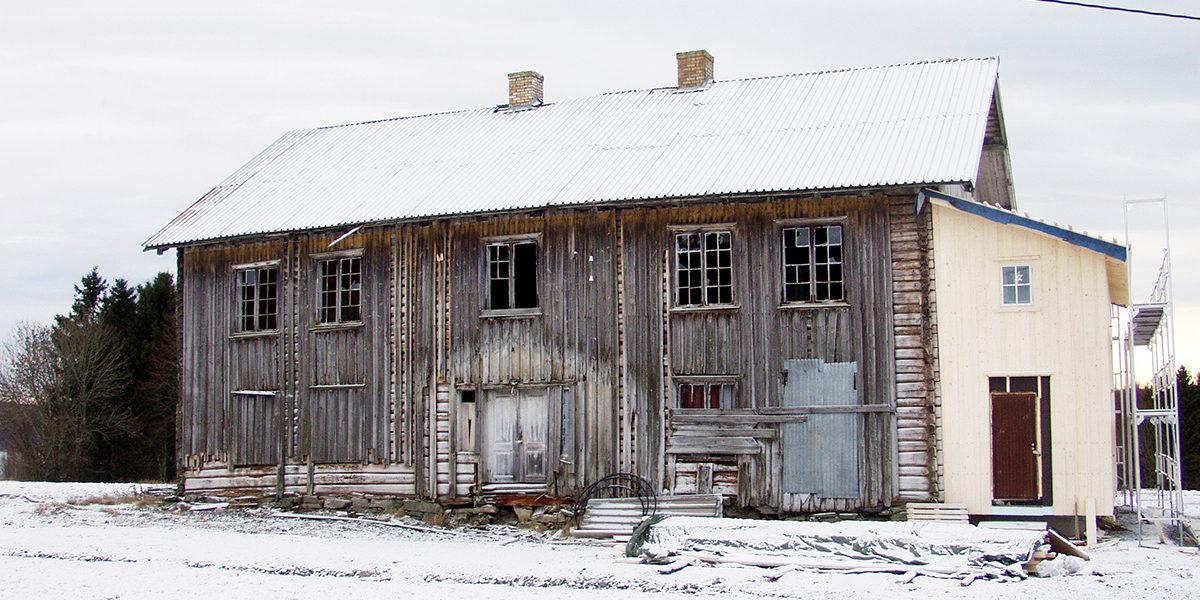Hovedbygningen på var i kraftig forfall før Bøhler gikk i gang med restaureringen. På plussiden var lite endret innvendig. (Foto: Einar Engen/Kulturminnefondet)