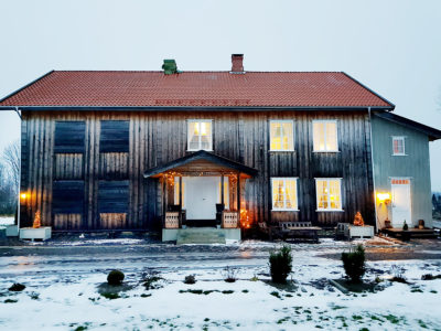 Etter mange timer med dugnadsinnsats og håndverkerhjelp, er det igjen lys i vinduene i hovedbygningen på Ringstad gård. (Foto: Svend Bøhler)