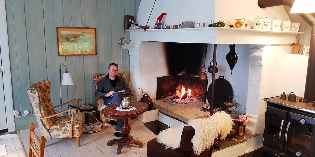 Huset og arven etter familien er godt ivaretatt av eier Svend Bøhler. Han kan med god samvittighet ta seg en hvil foran den koselige grua i huset. (Foto: Johannes Høva Bøhler)